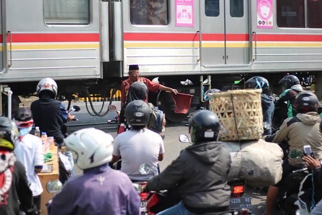 Indonesia Railroad Crossing Habit